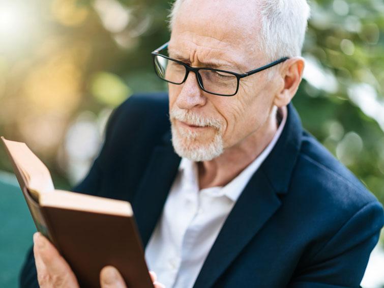 Vision check: the elderly often wear fake glasses
