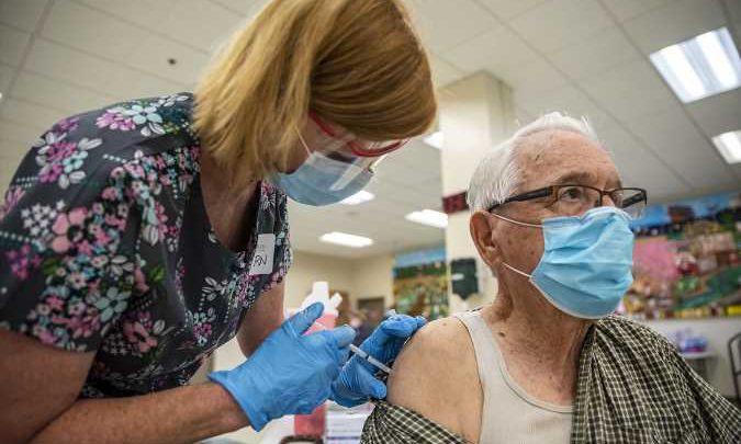 """""""Sabiduría y miedo"""" llevan al 90% de los adultos mayores de EE.UU. a vacunarse contra covid"""